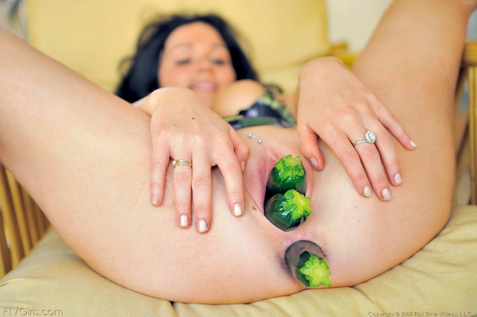 Секс с овощями и фруктами 16 фотография